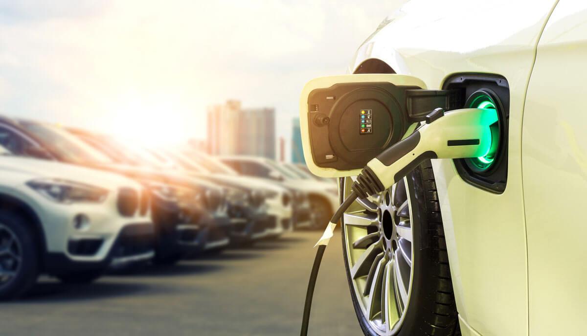 Elektro- und Hybridfahrzeuge an Tanksäule